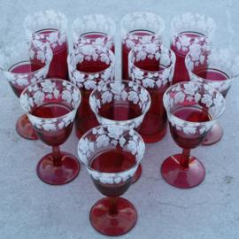 Glasservies in donkerrood