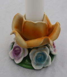 Porseleinen kandelaar bloem gekleurd