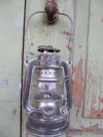 Kleine leuke olielantaarn in zilverkleur
