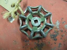 Oude metalen kraangreep groen