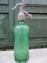 Oude groene spuitfles met opschrift