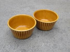 Oude geglazuurde souflé of creme brulée schaaltjes