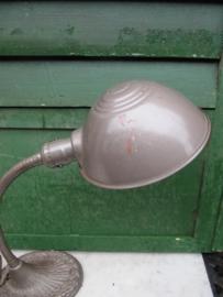 Oude metalen burolamp met gietijzerenvoet