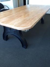 Oude tafel met gietijzeren poten ± 240 x 120