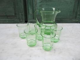 Hele oude Franse groene schenkan met zes glazen.