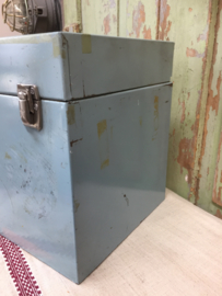 Brocant metalen kist met deksel