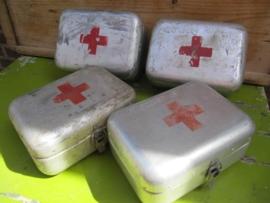 Hele oude aluminium EHBO kistjes