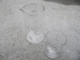 Setje van 2 oude laboratorium glaasjes