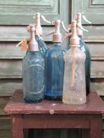 Antieke blauwe spuitfles van een halve liter