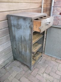 Hele oude mooie metalen werkplaatskast ***