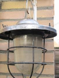Industriële lamp met zilverkleurige kap