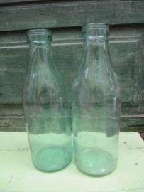 Oude mooie melkflessen van een 1/2 liter
