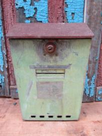 Oude groene metalen brievenbus