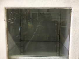 Oude metalen witte (apothekers) kast