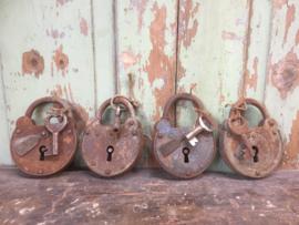 Groot oud gebruikt Douane hangslot met sleutel