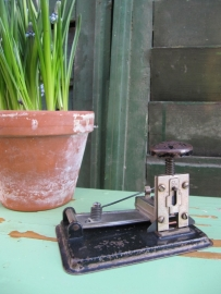 Antieke nietmachine