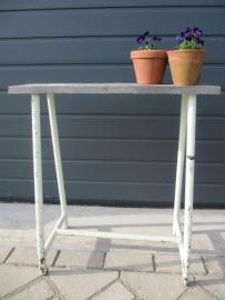 Oud (side) tafeltje met metalen blad.