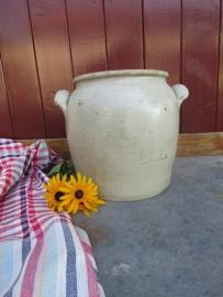 Oude grespot wit/ grijs met 2 oren of handgrepen