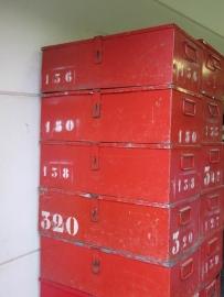 Industriële metalen kist met leuke nummers rood / oranje