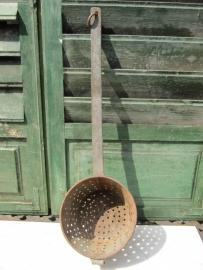 Oude kastanjepoffer van metaal