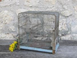 Franse brocante blauwe metalen vogelkooi