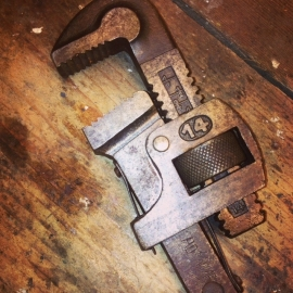 Mooie hele oude moersleutel of waterpomptang