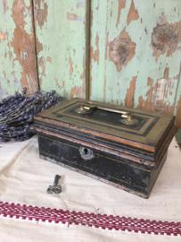 Antiek metalen geld kistje