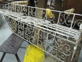 Oude brocante Franse metalen kapstok met legplank