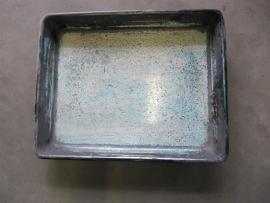 Oude metalen bak uit drukkerij