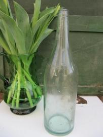 Hele oude heldere glazen waterfles van 1 liter