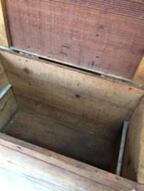Frans brocante houten kist met deksel.