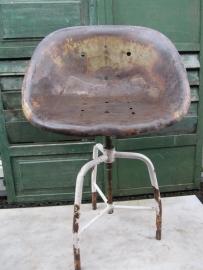 Oude metalen verstelbare kuipstoel