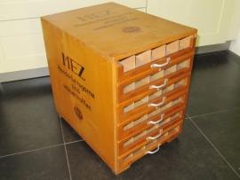 Antiek borduurgaren kastje van het merk Mez