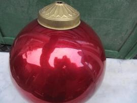 Grote oude rode glazen kerstbal of heksenbal