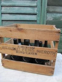 Houten kist met 10 antieke wijnflessen