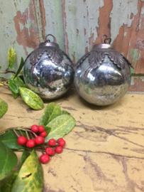 Oude zilveren kerstbal