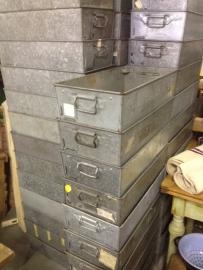 Oude industriële metalen verzinkte stapelbakken.