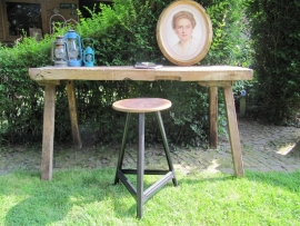 Oude brocante side table met dik blad