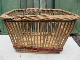 Brocante wicker basket with beautiful chassis