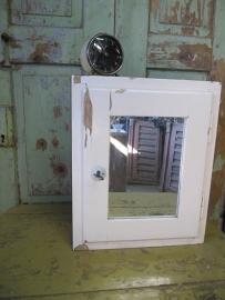 Brocant kastje met spiegeldeurtje