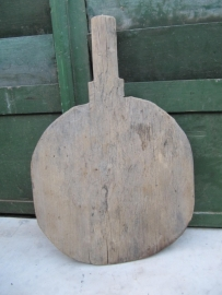 Brocante houten bijna ronde snijplank met handvat