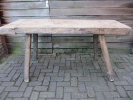 Oude brocante slagers tafel met een blad van 8 cm.