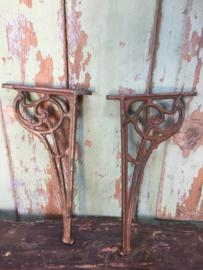 Antieke ijzeren plankendragers