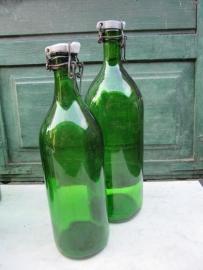 Oude groene beugelflessen met porseleinen dop set van 2
