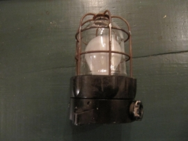 Bakkelite heel oud stallampje met kooi.