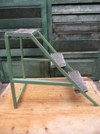 Oud industrieel metalen trapje of krukje