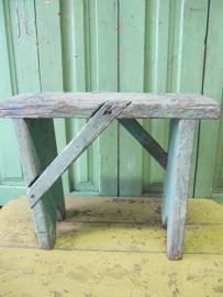 Oud houten krukje groensig