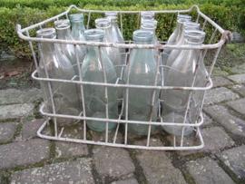 Oude brocante krat met 12 melk flessen van1/1 liter.