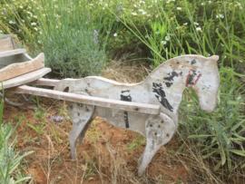 Oude houten kar met paard