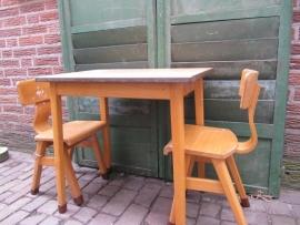 Vintage rechthoekig houten kinder schooltafeltje + 2 stoeltjes